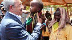 Kılıçdaroğlu Somali'de eliyle yardım dağıttı