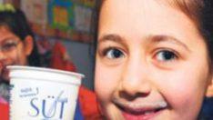 Okullarda sütleri ilk öğretmenler içecek